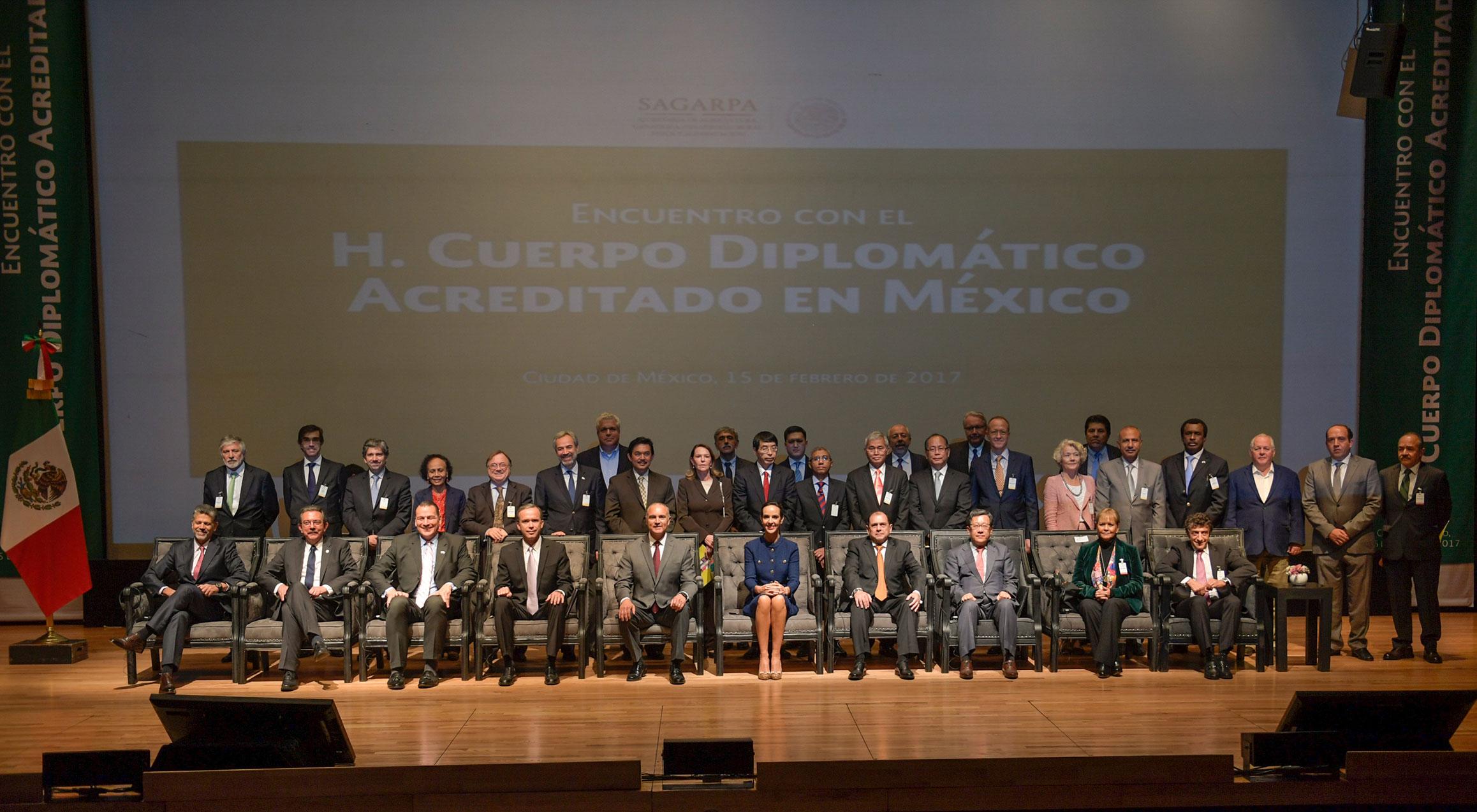 El Secretario de Agricultura, Ganadería, Desarrollo Rural, Pesca y Alimentación de México, Josè Calzada Rovirosa, durante la reunión que sostuvo con embajadores