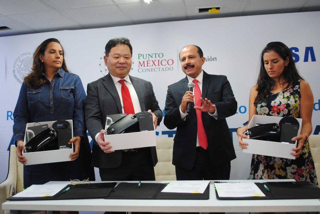 Claudia Contreras, H. S. Ho, presidente de Samsung México, y Javier Lizárraga entregaron los primeros kits a Daniela Rivera. Revista Protocolo Copyright©
