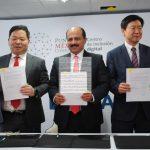 H. S. Ho, presidente de Samsung México, Javier Lizárraga y Miguel Yeon. Revista Protocolo Copyright©
