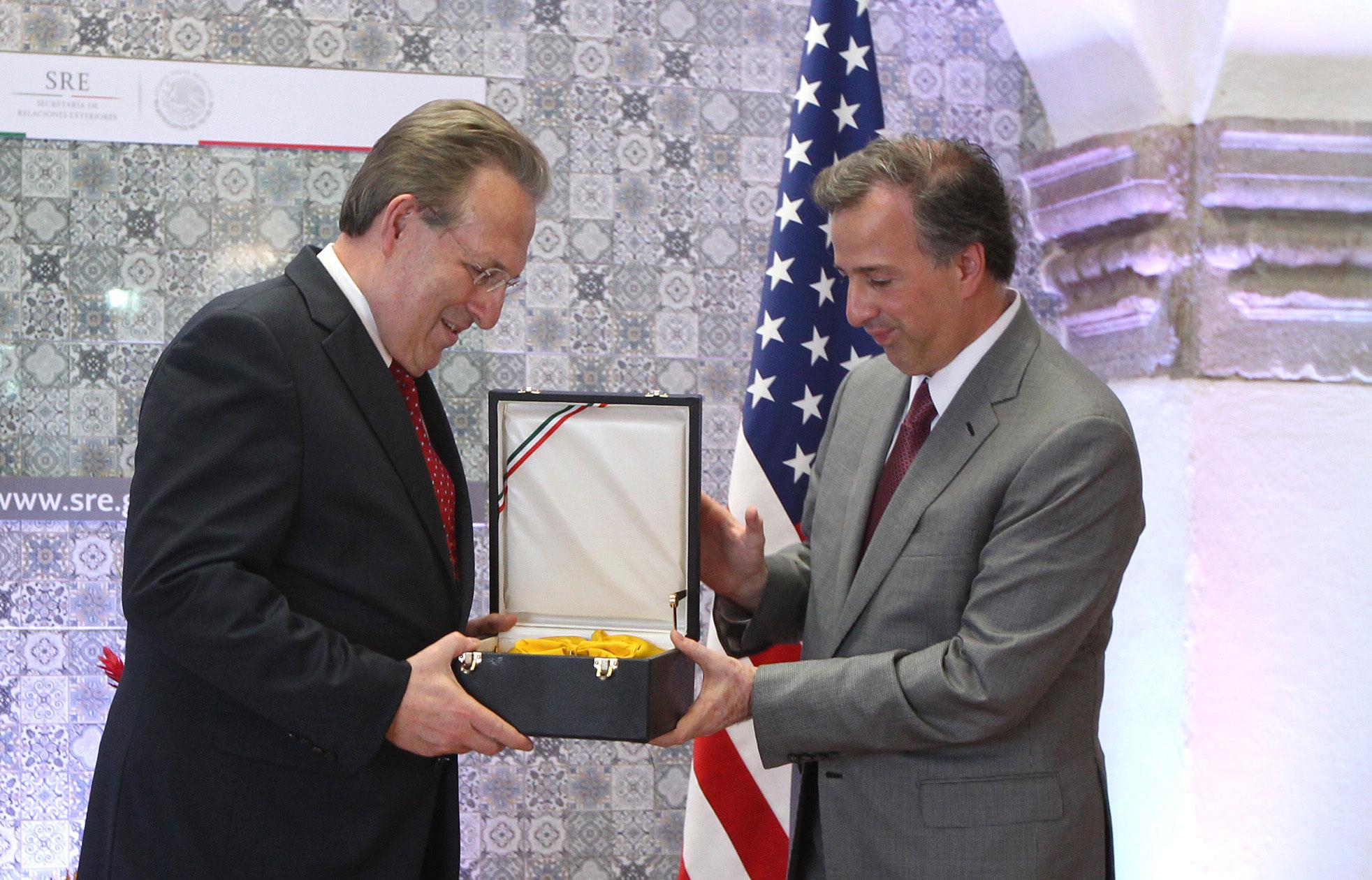 El canciller José Antonio Meade entrega la condecoración de la Orden Mexicana del Águila Azteca al embajador Anthony Wayne