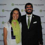 Cecilia Sánchez Garduño, ganadora de Tierra de Mujeres 2017, con Arturo Montalvan, director general de Yves Rocher México. Revista Protocolo Copyright©